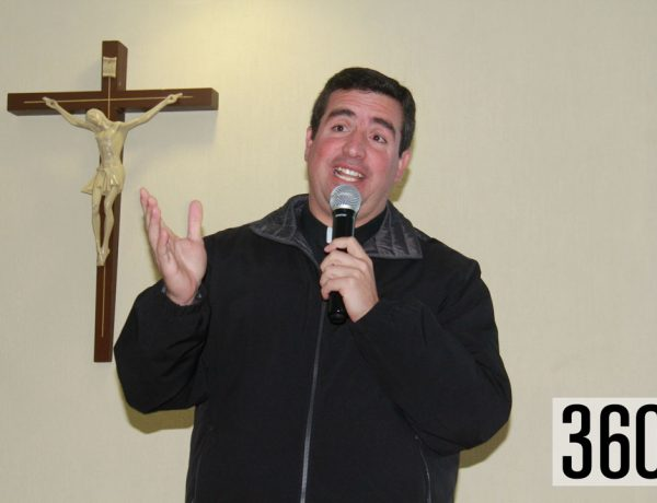 El padre Juan Antonio Ruiz L.C. dio una conferencia motivacional a las Guías Net en el salón de usos múltiples del club Timón.
