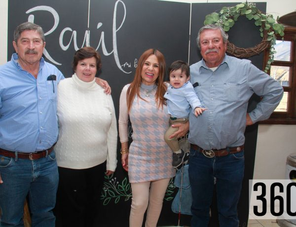 El recién bautizado acompañado por sus abuelitos, Carlos de Luna y Leticia Sandoval de De Luna; sus padrinos Griselda Yadira Delgado de Flores y Jesús Antonio Flores.