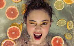 La vitamina C es un potente antioxidante que hace que nuestra piel salga beneficiada. Por por sí sola es muy inestable, pero bien acompañada da resultados excelentes.