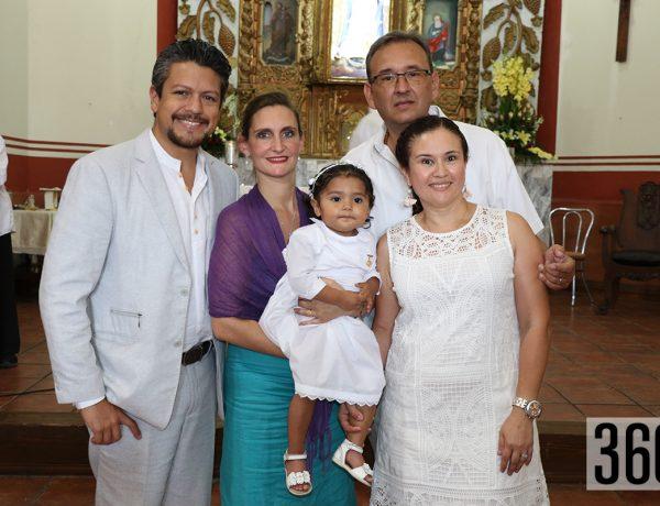 Isabel María con sus padres y padrinos.