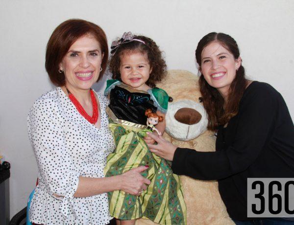 María Paulina Aguirre con su abuelita Patricia Castro y su tía Andrea Fuentes.