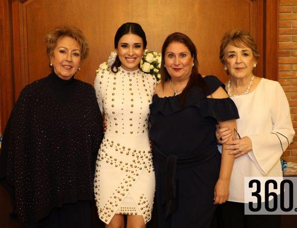 Verónica con su madre y sus organizadoras.