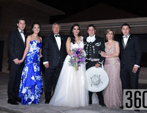 Raúl Gerardo y Alejandra Fernanda junto a la familia del novio.