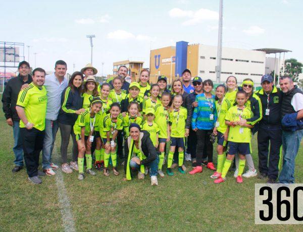 Las integrantes del equipo femenil de futbol categoría 2007-2008 acompañadas por sus padres y hermanos antes del juego contra el Cumbres Oaxaca.