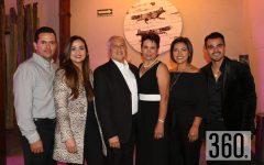 Juanita Magallanes con su esposo e hijos.