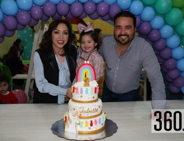 Isabella con sus padres Brenda Siller y Francisco Valdés.