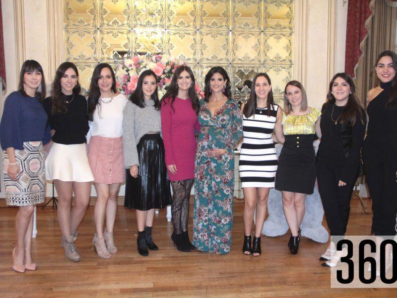 Claudia Verástegui Talamas acompañada de sus amigas.