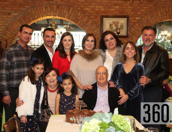 Luis Manuel Aguirre y Alicia Valdés de Aguirre con su familia.