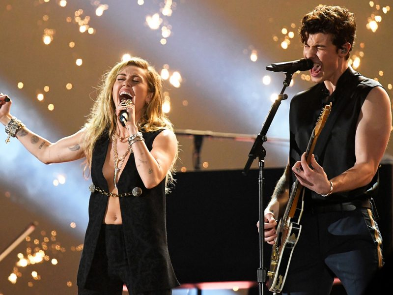 """Para la presentación con Cyrus, Mendes preparó una nueva versión del tema """"In My Blood"""""""