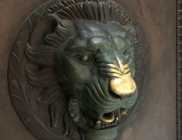 La nariz del león en la puerta del Partenón en Nashville.