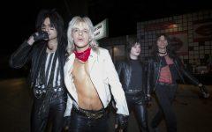 La cinta ya se encuentra disponible en Netflix y muestra los excesos de la banda de rock