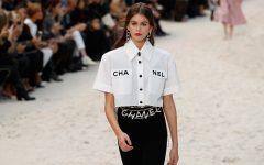 Habemus nueva prenda viral y no es una falda. Una camisa de Chanel ha conquistado a influencers, estrellas de tv y modelos.