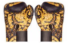 Los guantes contarán con el estampado y la medusa característica de la marca