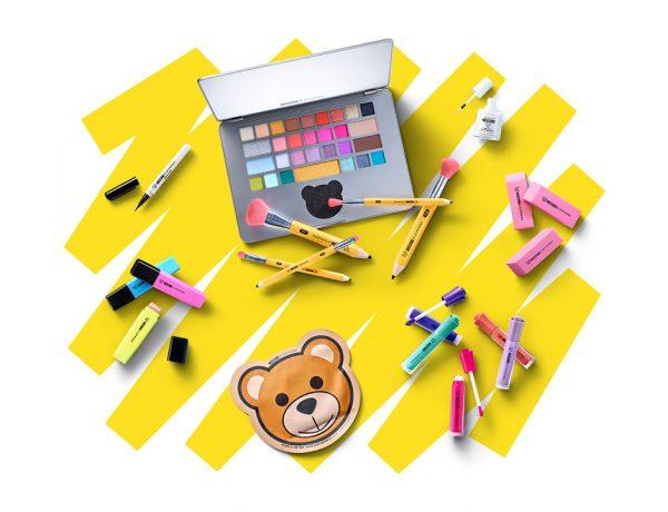 La colección cuenta con maquillaje en forma de marcadores, borradores, lápices e incluso una laptop.
