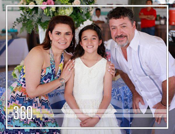 PALOMA RECIBE EL SACRAMENTO DE LA COMUNIÓN