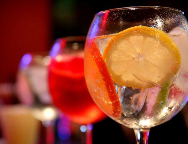 Un cóctel de ginebra como aperitivo antes de una cena te convertirá en un excelente anfitrión