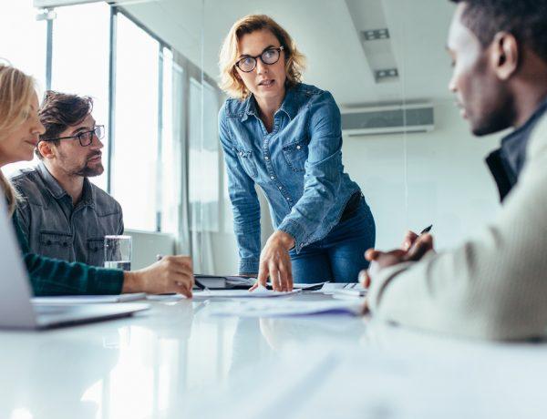 Un estudio reciente dejó claro que tener mujeres en puestos directivos traen mejores beneficios y productividad a las empresas