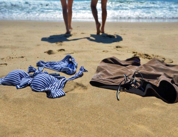 En estas playas puedes despojarte de tu ropa sin complejos. En estas atmósferas rústicas, donde domina la naturaleza, nadie te juzgará.