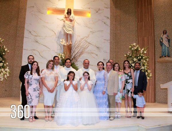 Isabella Canizales y María Sofía Dorbecker acompañadas por sus padres y padrinos. 03f aaa. Las pequeñas Isabella Canizales y María Sofía Dorbecker acompañadas por sus respectivos abuelitos al final de la misa.