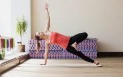 ¿Quieres practicar yoga en casa? Vogue te explica todo lo que necesitas saber para empezar una práctica personal en tu propio espacio.