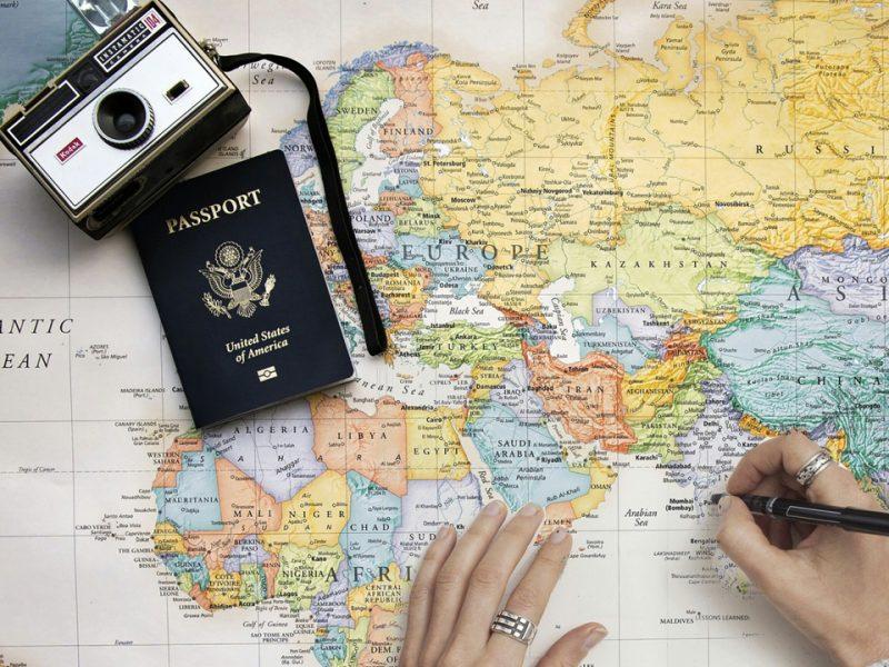 Los teléfonos celulares se han convertido en una herramienta indispensable al momento de viajar; pero no todo es tan sencillo como podría parecer. Aquí te dejamos consejos para aprovecharlo al máximo.