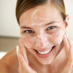Los barros y espinillas suelen salir en el rostro o espalda. Te dejamos algunos consejos para que los elimines fácilmente.