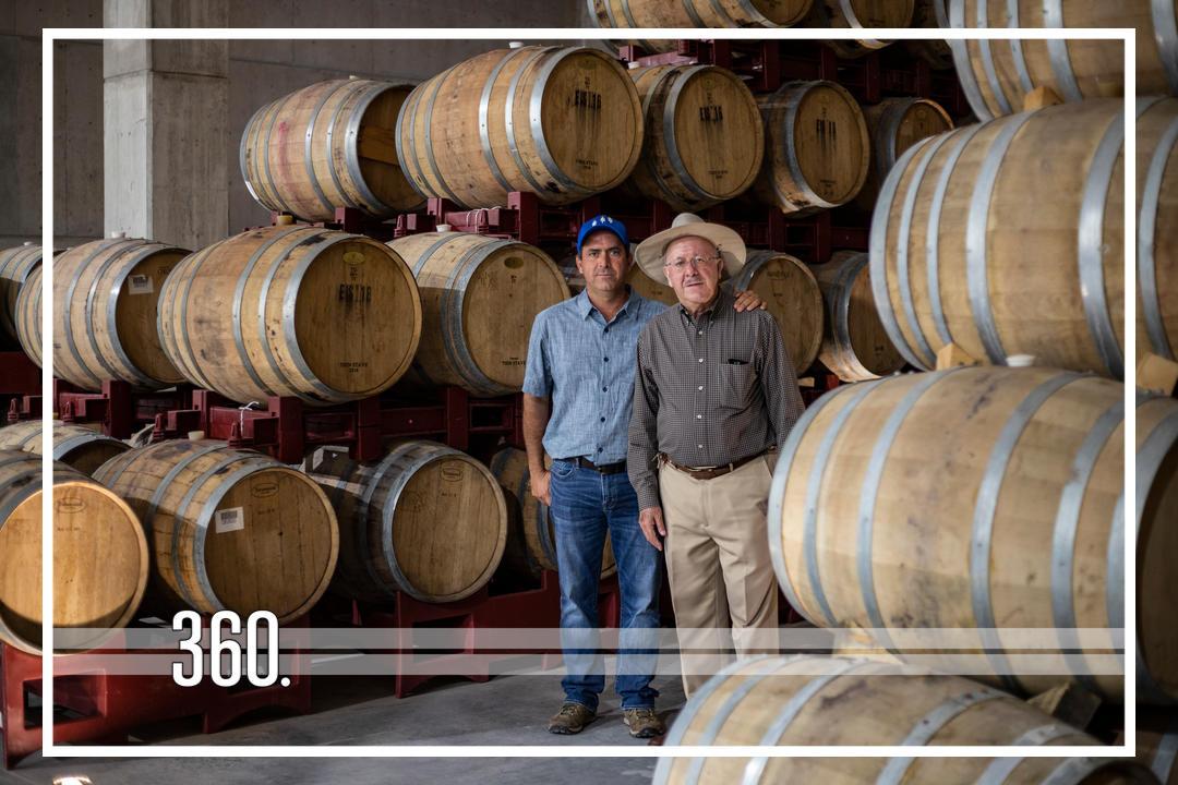 Entre montañas y nubes, así es como se producen los vinos de Los Cedros, cuya bodega, imponente, hermosa y funcional, espera recibir a todo aquel que desee consentir su paladar. Hicimos un recorrido y aquí te presentamos los detalles.