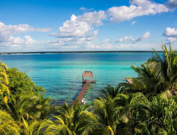 Si aún no sabes a dónde ir con tu pareja durante estas vacaciones, te recomendamos escaparte a la Laguna de Bacalar, el sitio perfecto para desconectarse y descansar de las grandes ciudades.