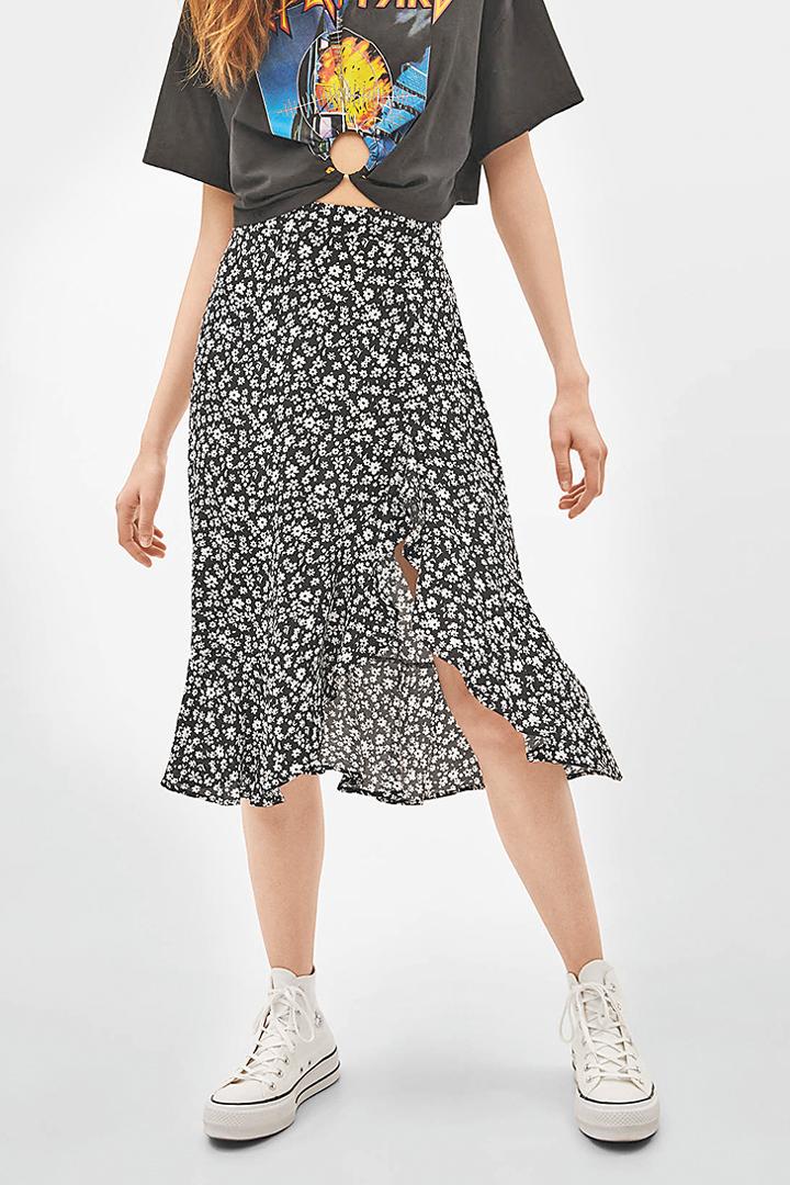 """Cómodas, femeninas y fácilmente combinables, son las faldas """"midi"""" que lideran la lista de tendencias de esta temporada primavera verano 2019."""
