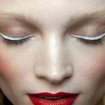 Conoce el delineado blanco, la nueva tendencia de maquillaje que está conquistando este verano.