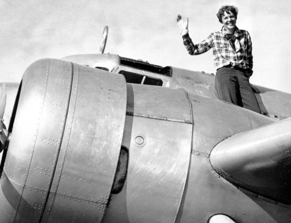 La piloto Amerlia Earhart desapareció mientras intentaba convertirse en la primera mujer en darle la vuelta al mundo en un avión; Robert Ballard intentará encontrar los restos de su aeronave como lo hizo con el Titanic.
