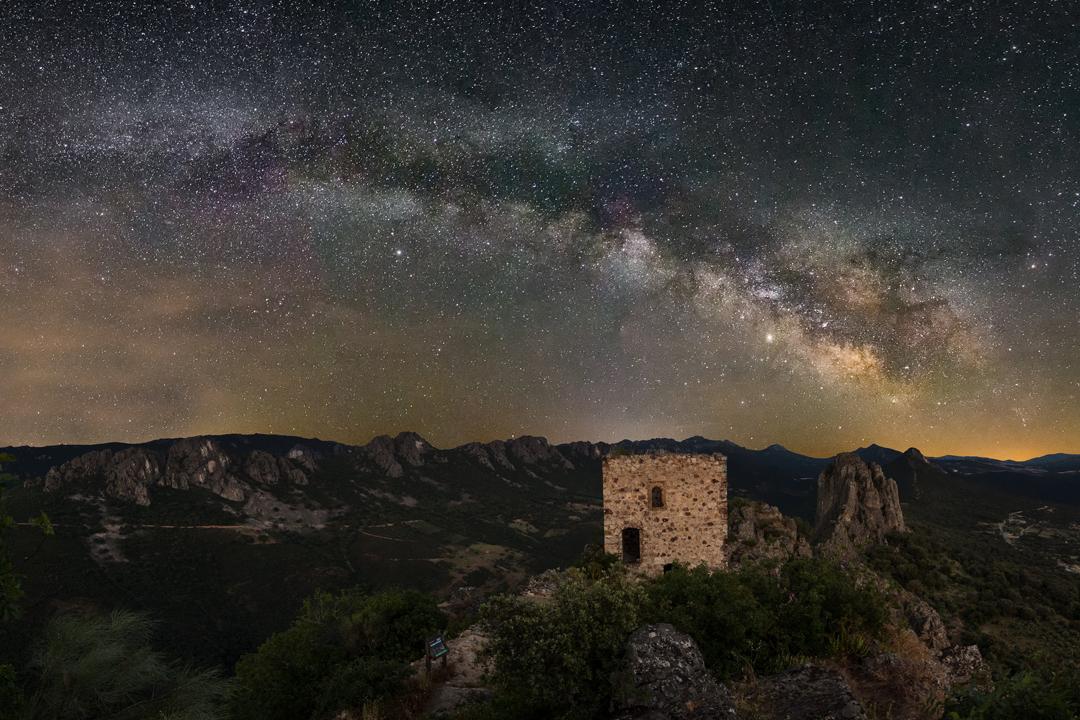 Cae la noche y las estrellas cubren el castillo de Noudar. A un lado, Casiopea, más allá la Osa Mayor. Nelson Nunes perfila las constelaciones con un láser en la oscuridad del Alentejo, en la frontera hispanolusa, en la región más transparente del sur de Europa.