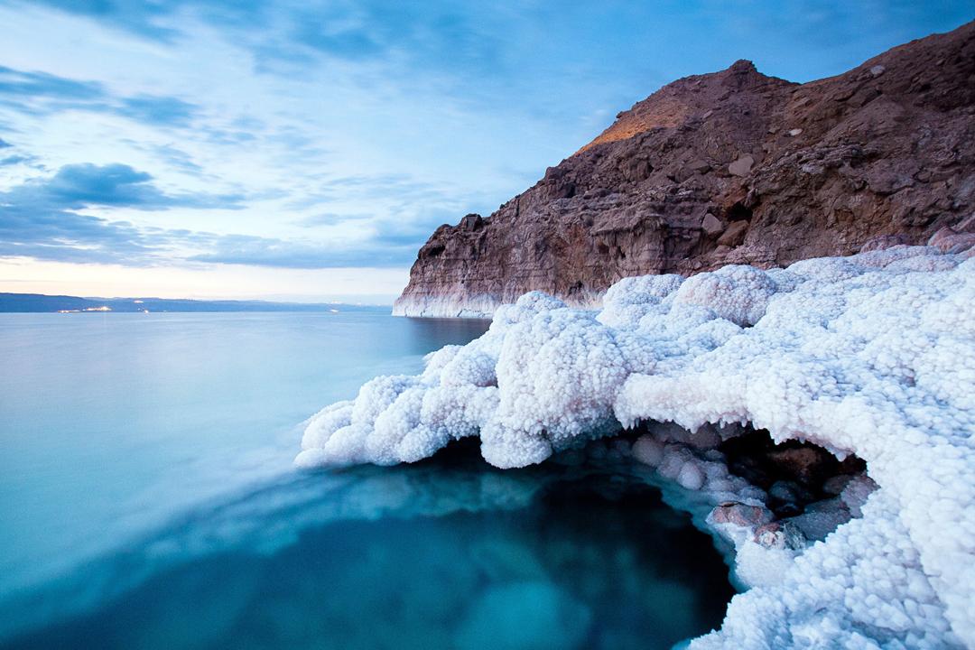 Todos conocemos el Mar Muerto, el destino turístico donde pueden flotar sin hacer ningún esfuerzo. Pero este lugar guarda aún más secretos, ¿estás listo para descubrirlos?