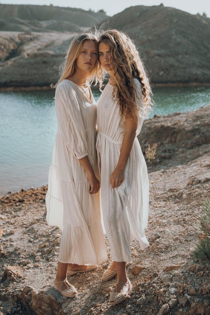 La moda sostenible es una alternativa de confección de ropa ecológica. Blue Anemone es una marca española que hace outfits a mano y por pedido.