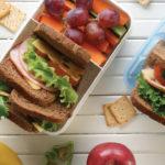 Un lunch balanceado hará que tus hijos tengan todos los nutrientes que su cuerpo requiere para crecer y desempeñarse mejor en la escuela.