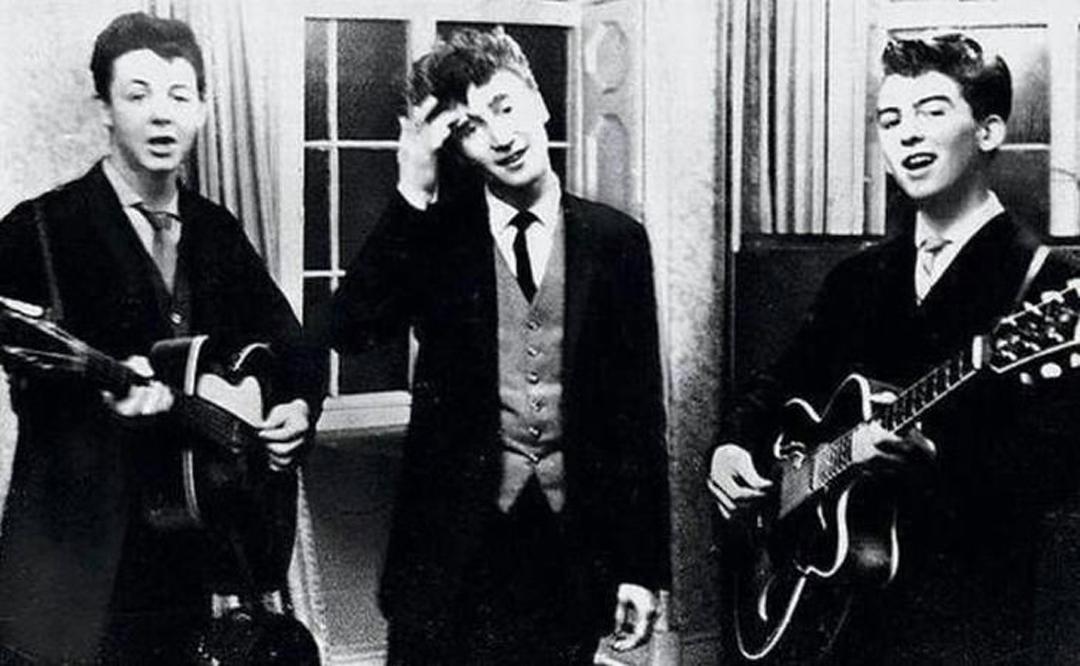 Paul McCartney, John Lennon y George Harrison actuando en una recepción de boda, 1958