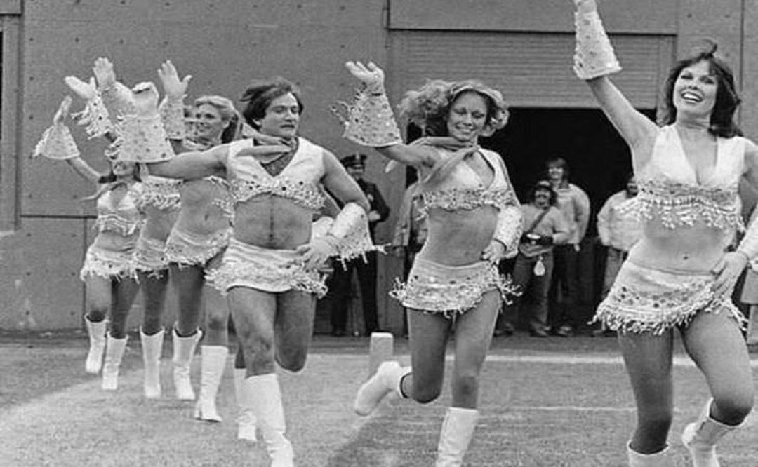 Robin Williams, uno de los actores más serios de Hollywood aparece aquí en una foto tomada en 1980 donde está vestido como una animadora.