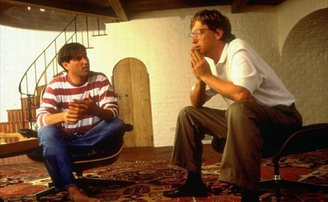 Steve Jobs, sentado con Bill Gates