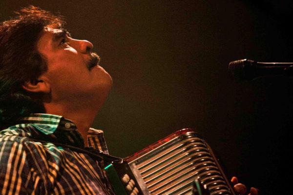 El cantante era un ícono del género de cumbia y pionero en la mezcla de sonidos tropicales conjugándolos con ritmos norteños, ska, reggae, rap y hip-hop.