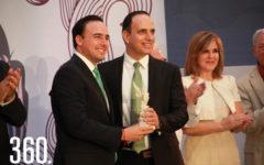 Daniel Garza recibe la Presea Manuel Acuña.