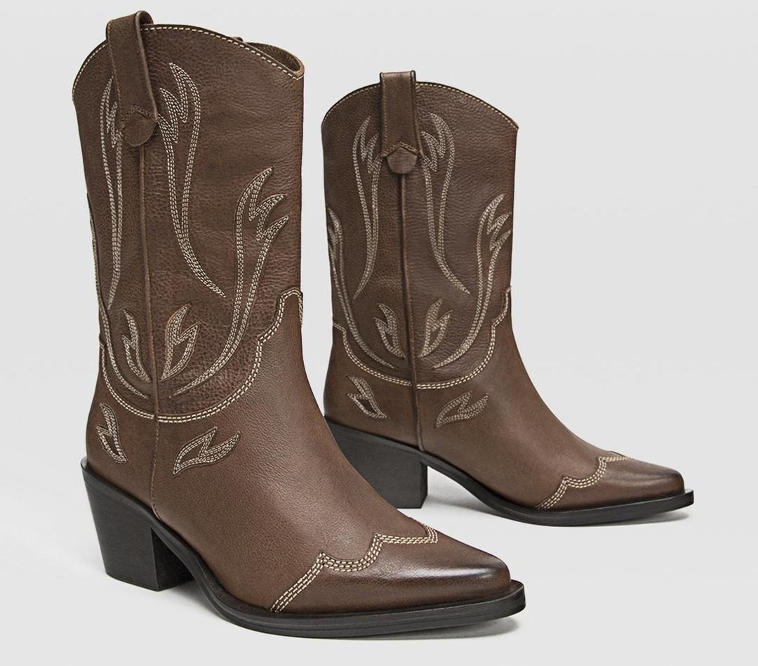 Botas de piel marrón con detalles de hilo en color crema de Stradivarius.