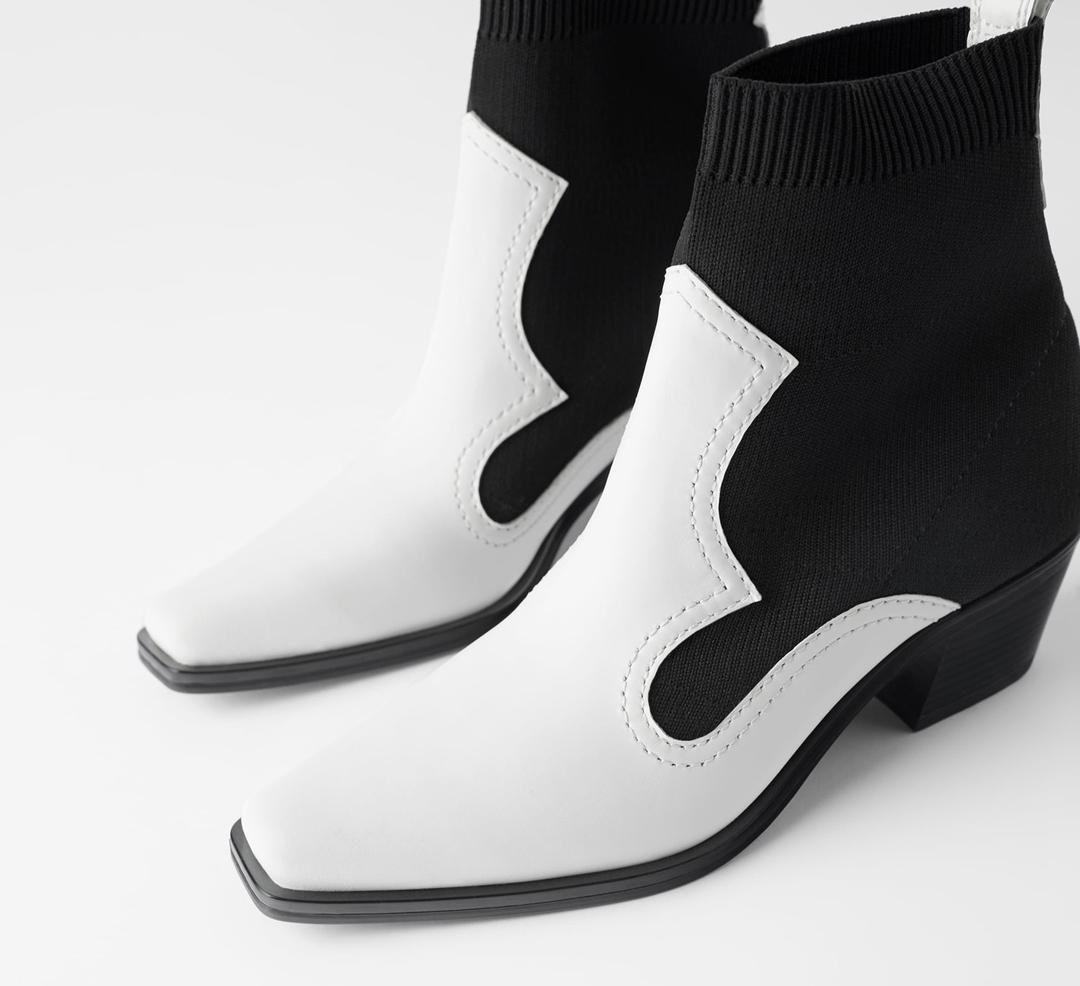 Uno de los modelos más originales está en Zara. Un diseño calcetín en blanco y negro de punta cuadrada.