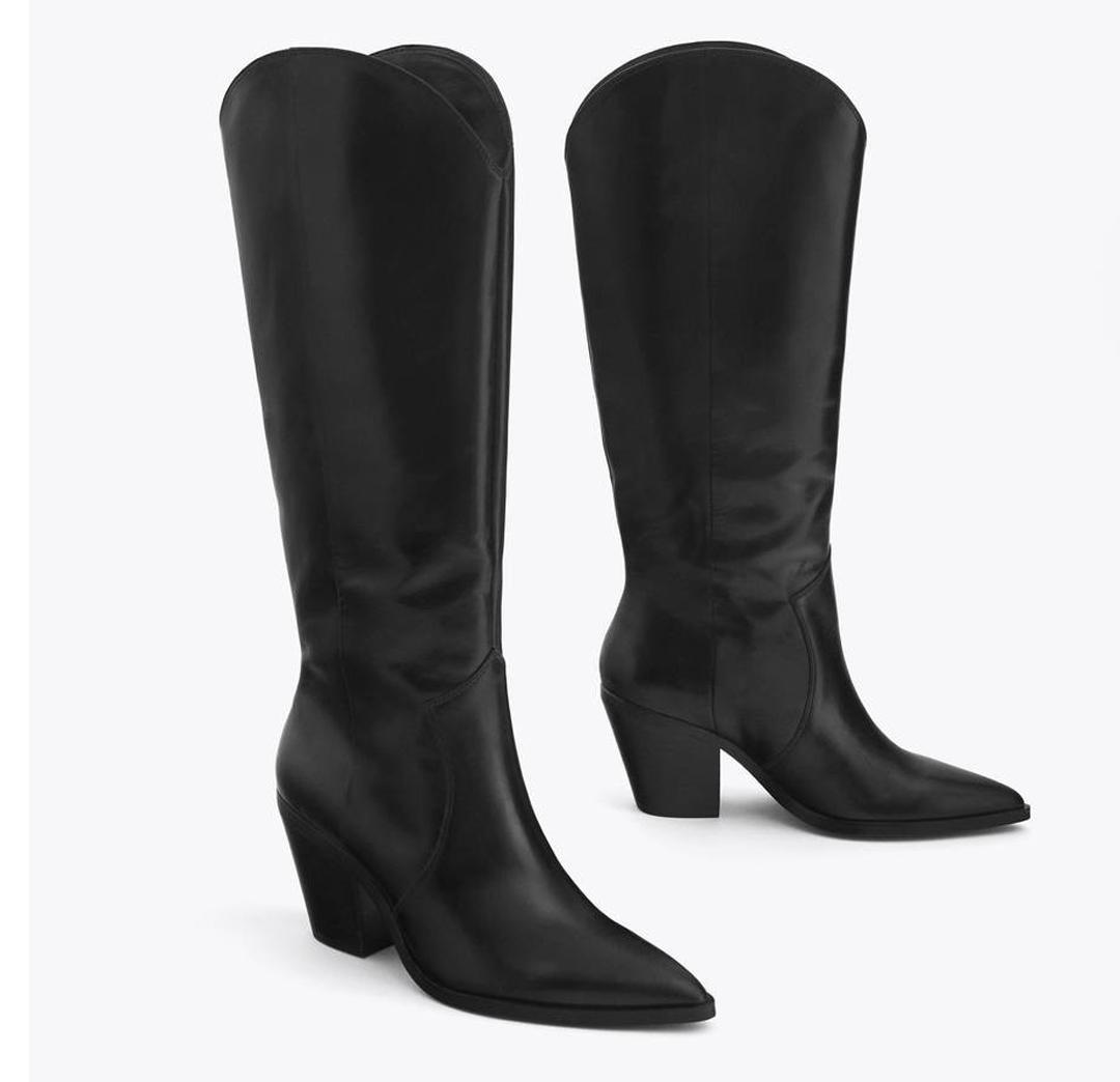 Botas de piel negra que dentro del estilo cowboy son de corte clásico. Un modelo de Uterqüe.