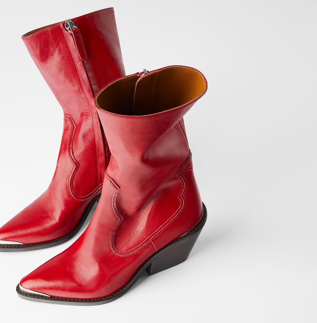 Botines de caña media de piel roja de Zara perfectas para dar un toque de color a los oscuros outfits invernales.