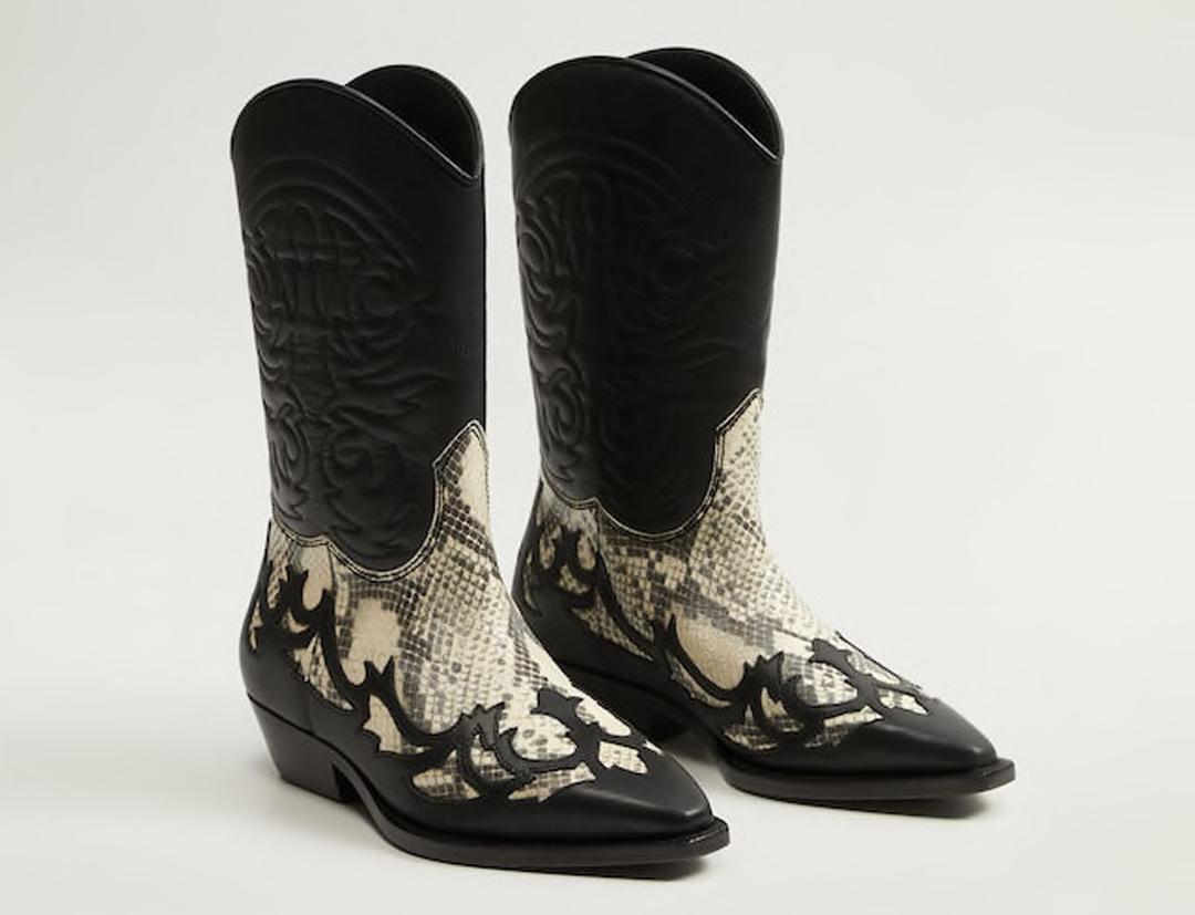 Llamativas botas altas de piel negra y de print de serpiente sin duda para los looks más rompedores. Un modelo de Mango.
