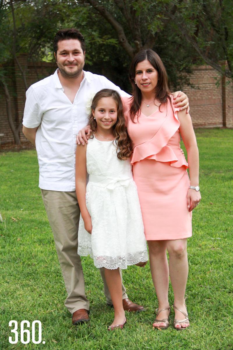 Andrea con sus padrinos, Miguel Noemí y Carola González.