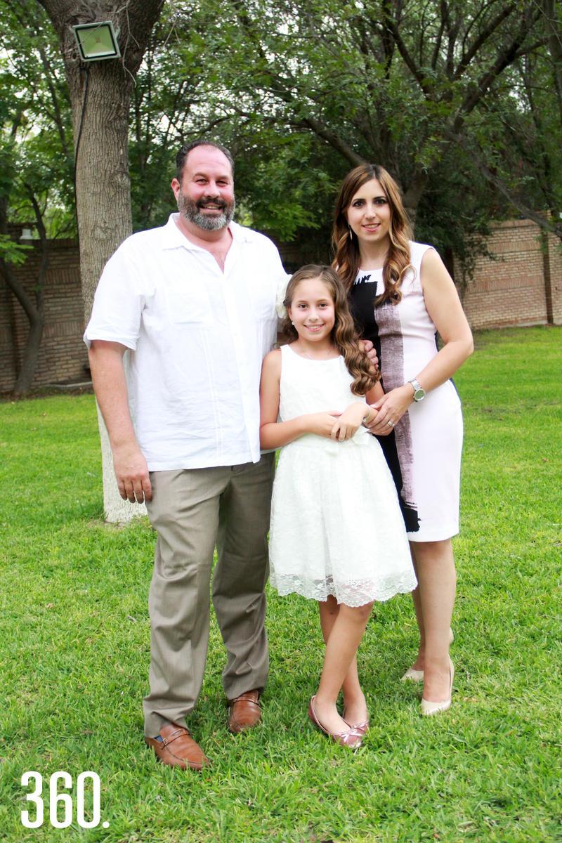 Andrea con sus padres, Ignacio Carrillo y Laura González.