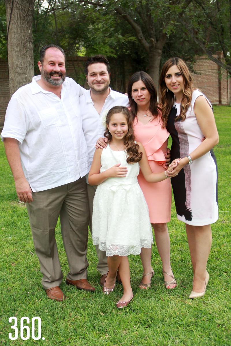 Andrea con sus papás y padrinos.