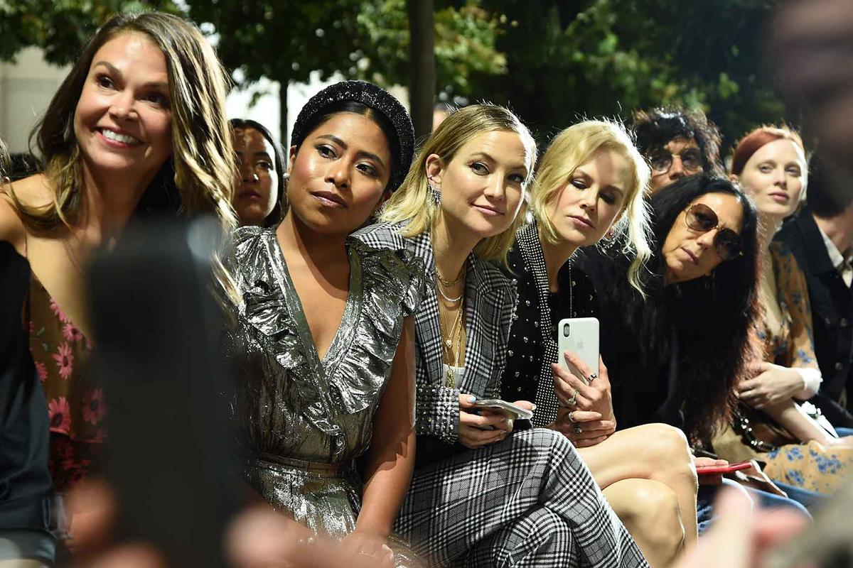 La actriz fue vista con Nicole Kidman y Kate Hudson, y lució un look espectacular de la firma Michael Kors.