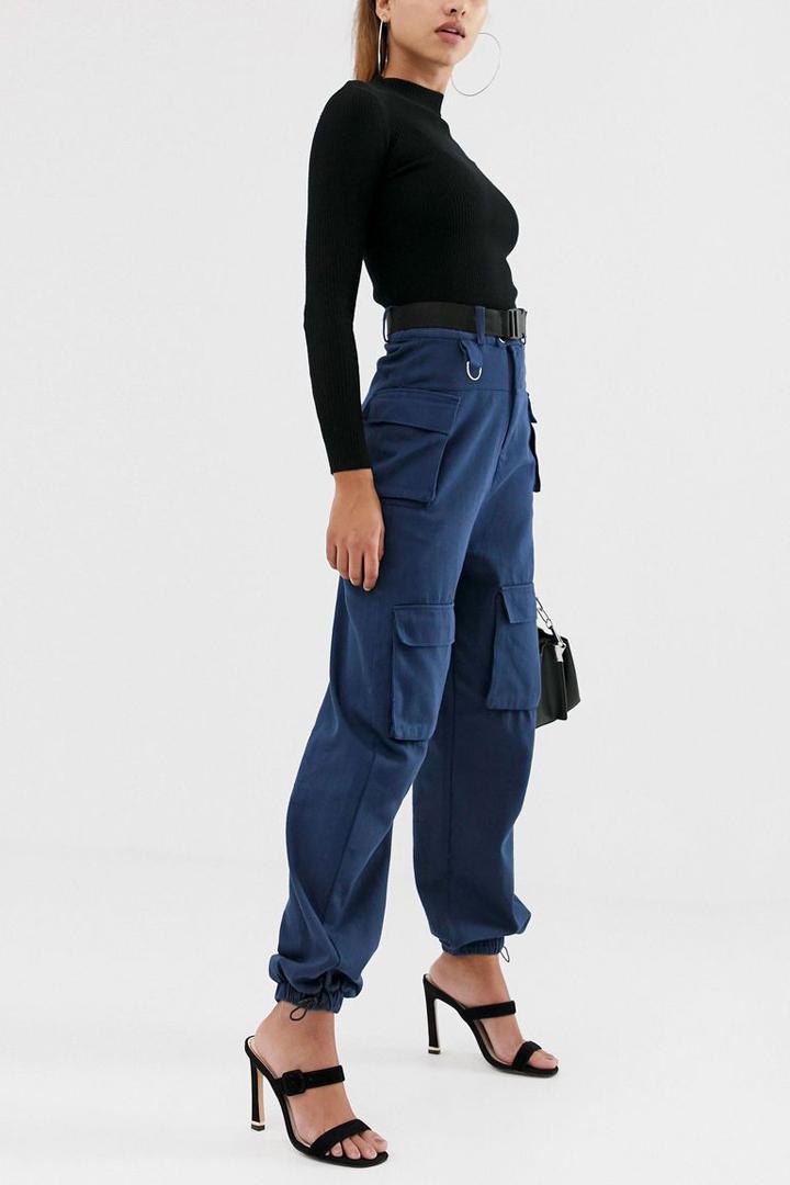 Un pantalón cargo de gran tamaño se puede equilibrar con un cuello de tortuga ajustado y tacones de aguja.